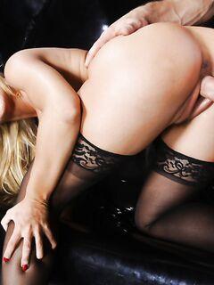 Мачо жарит грудастую блондинку в черных чулках в разных позах - секс порно фото