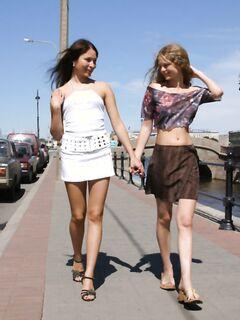 Две сексуальные телки раздеваются на природе и в Москве - секс порно фото