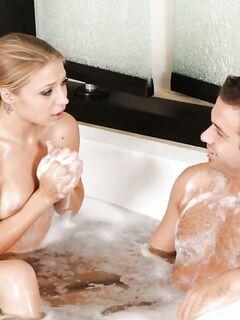 Длинноногая массажистка намылила тело и член клиента в ванной - секс порно фото