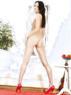 Брюнетка раздевается и дрочит очко самотыком - секс порно фото
