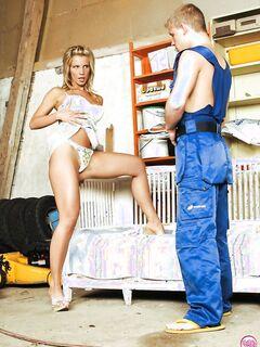 Русская баба пришла к строителю и попросила её трахнуть - секс порно фото