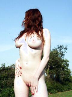 Рыжая баба в сапогах позирует обнаженная на природе и в авто - секс порно фото