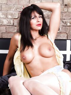 Брюнетка Desyra Noir в белых чулках сняла ночнушку на кровати - секс порно фото
