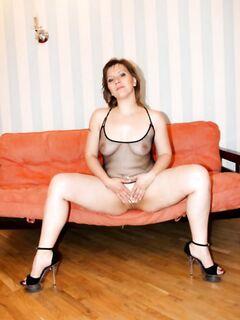Русская баба в эротическом платье разделась на оранжевом диване - секс порно фото