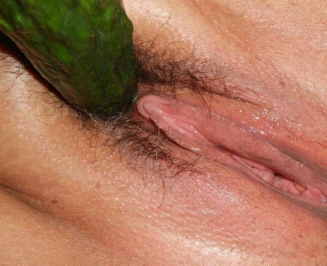 Дала себя чпокнуть во все дыры и мастурбирует овощами - секс порно фото