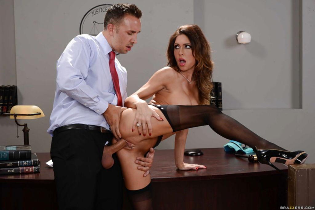 Секретарша скачет на длинном члене и радуется камшоту - секс порно фото