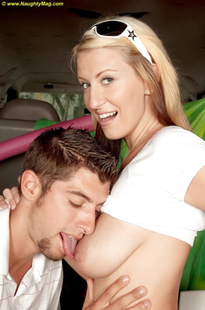 Горячая блондинка сосет член парню в машине - секс порно фото