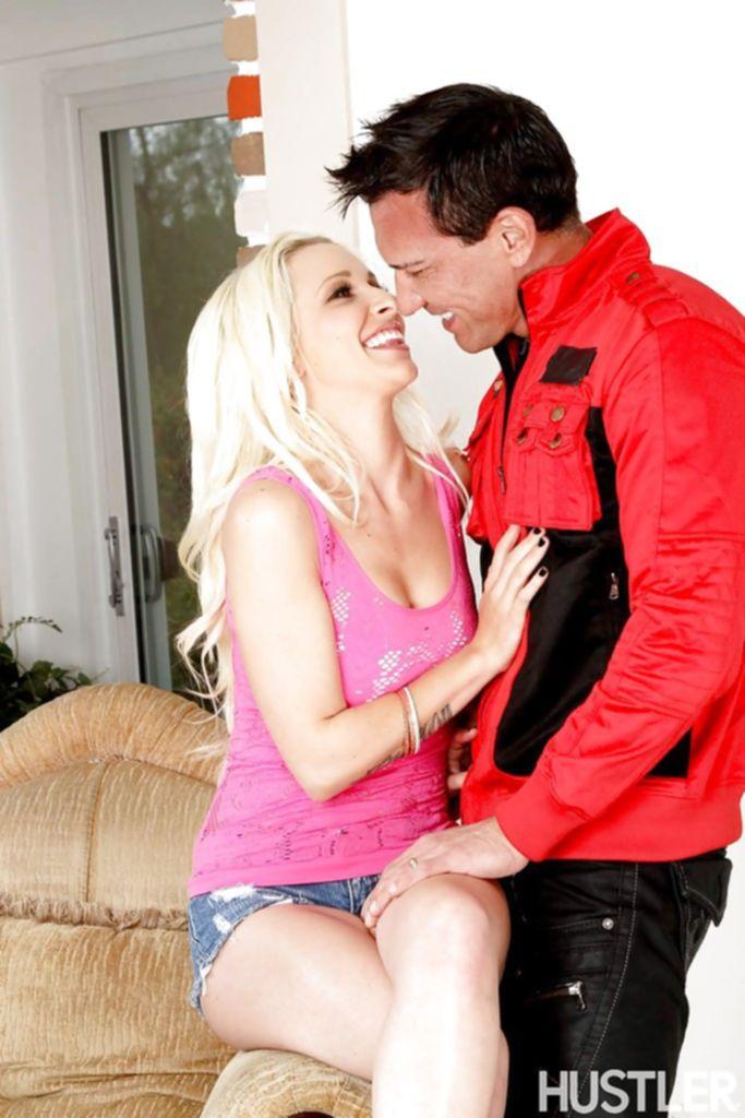 Мужик стянул с блондинки розовую майку и отодрал её в кресле - секс порно фото