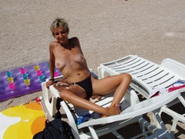 Блондинка с недотрахом ебется с любовником перед камерой - секс порно фото