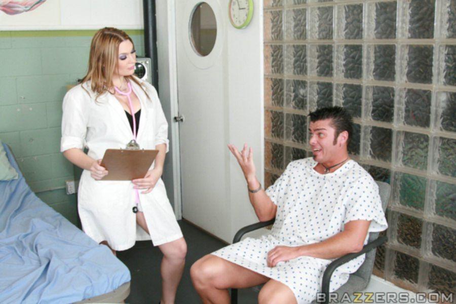 Две грудастые докторши дают лизать киски во время секса - секс порно фото