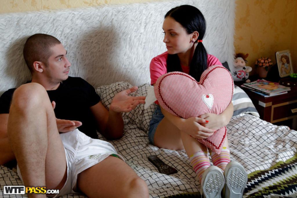 Парень поимел русскую студентку на кровати - секс порно фото