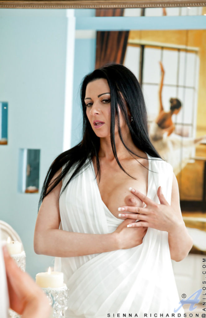Брюнетка в белых чулках позирует у ванны - секс порно фото
