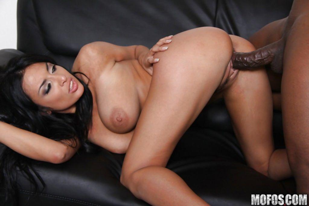 Негр с огромным агрегатом пялит мамочку с большими дойками - секс порно фото