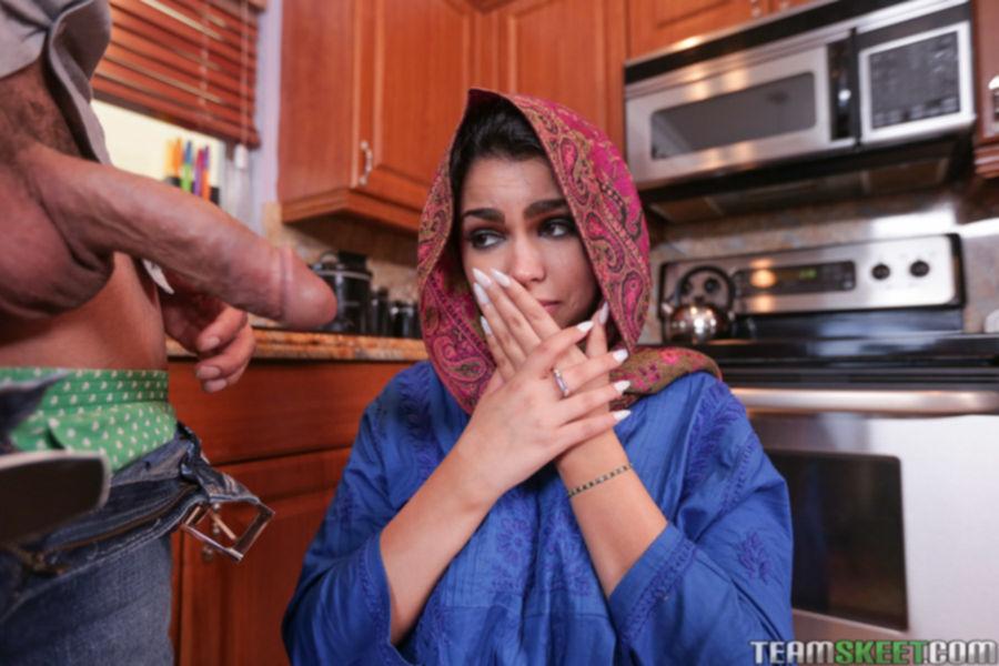Парень с гигантским членом трахает молодую арабку в писю - секс порно фото