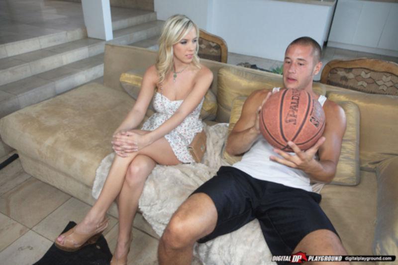Горячая деваха с упругой задницей берет за щеку перед трахом - секс порно фото