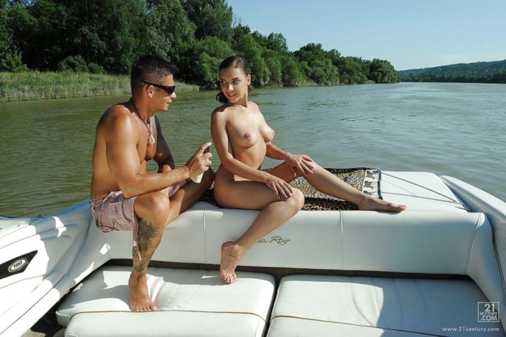 Русская девушка сосёт член и трахается на яхте с мажором - секс порно фото