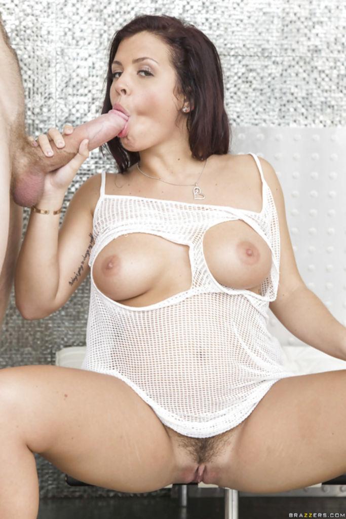 Keisha Grey в рваной майке сосет огромный член - секс порно фото
