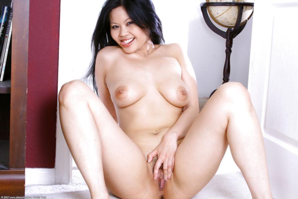Азиатка с волосатым лобком мастурбирует на полу - секс порно фото