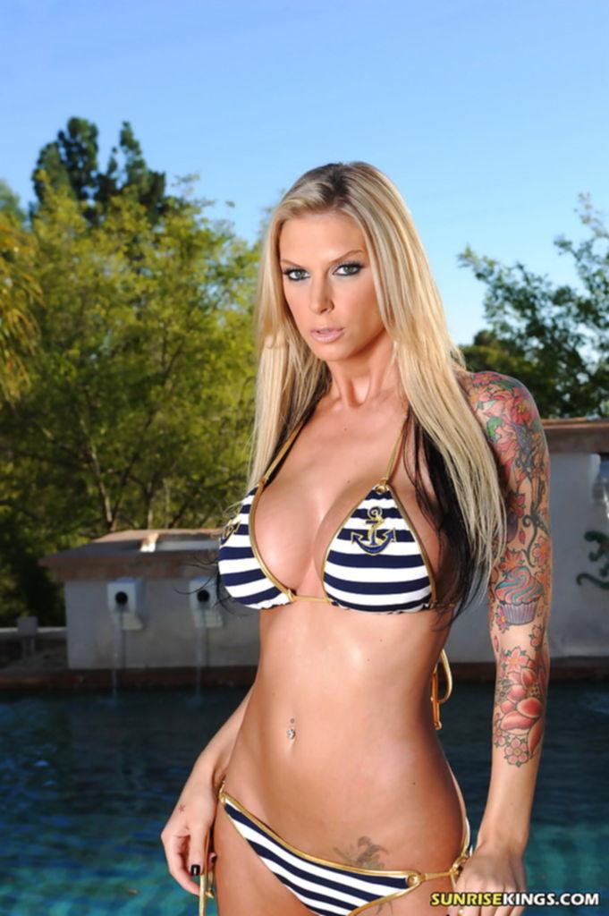 Грудастая Brooke Banner снимает полосатый бикини у бассейна - секс порно фото
