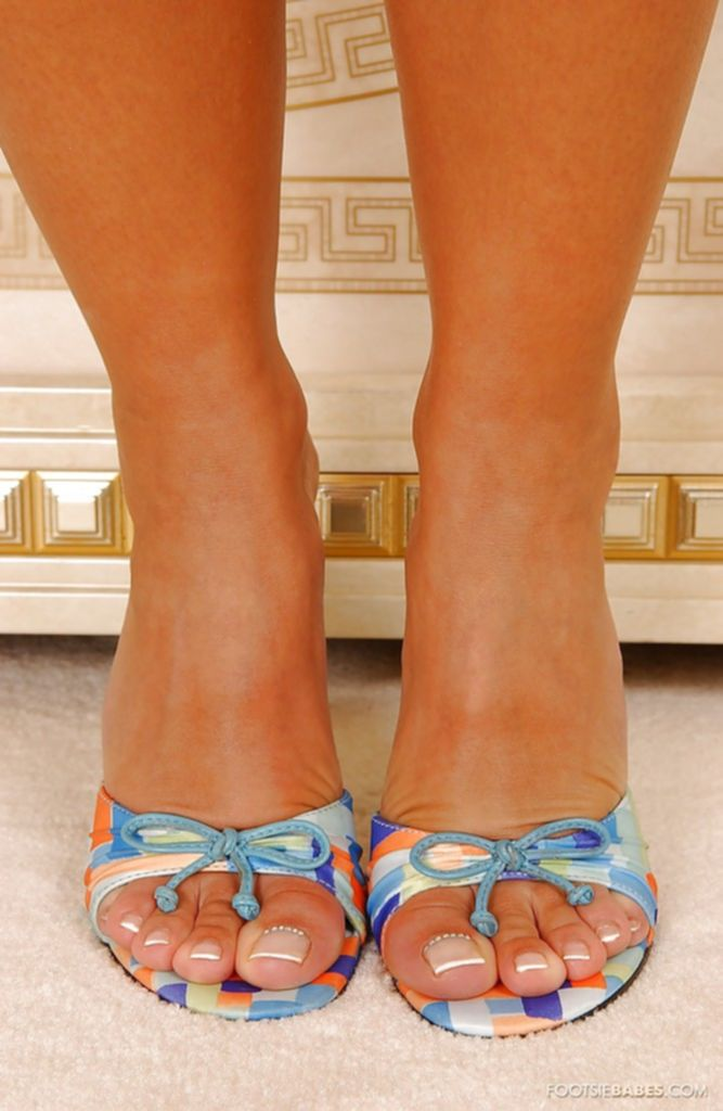 Блондинка Sendy Silver в синей ночнушке выставляет длинные ноги - секс порно фото