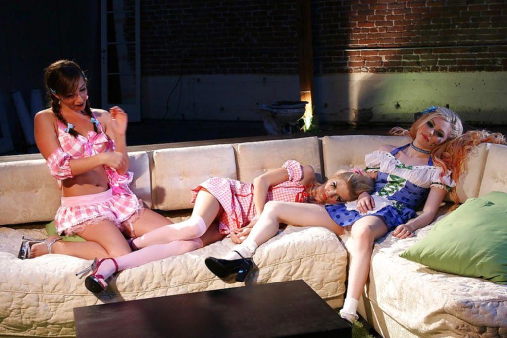 Косплей лесбиянок с куни на светлом диване - секс порно фото