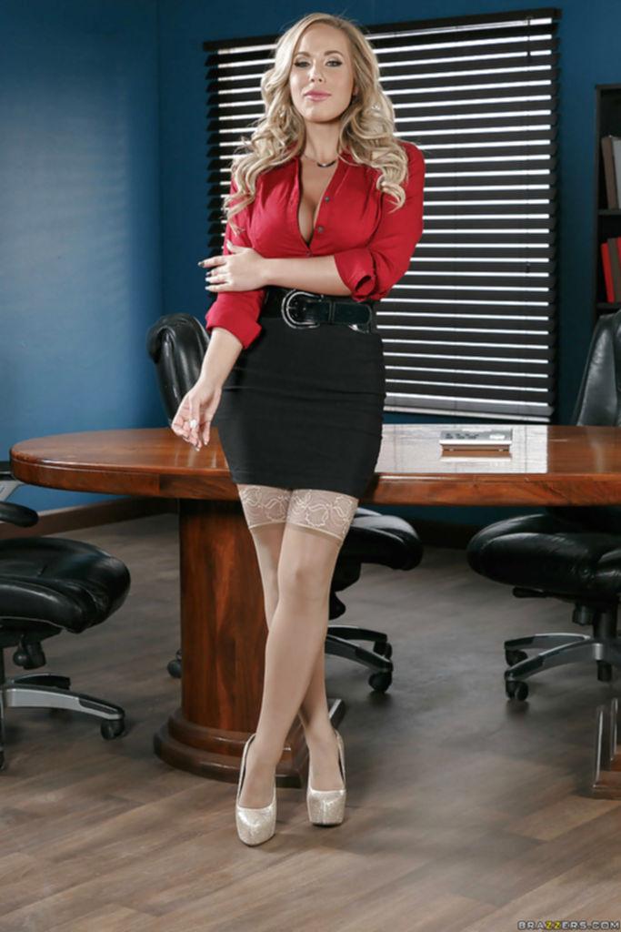 Сексуальная секретарша Olivia Austin разделась от жары до чулков на работе - секс порно фото