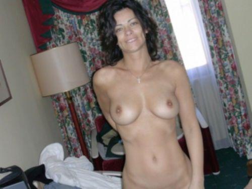 Грудастые дамочки голышом дома и на природе - секс порно фото