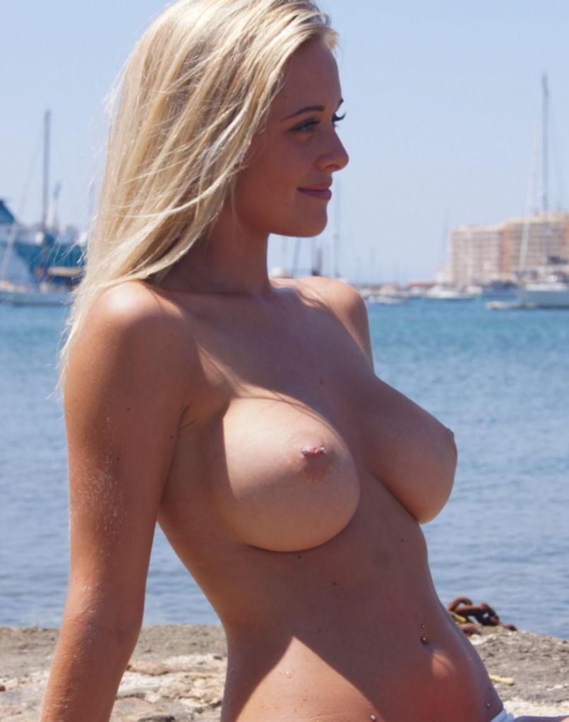 Сексуальные блондинки выложили в сети свои голые титьки - секс порно фото