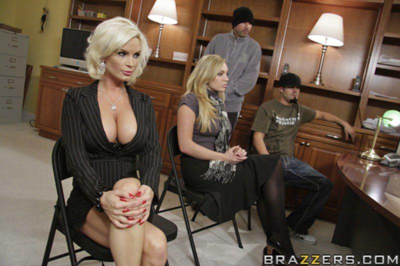 Diamond Foxxx сосет и трахается с качком в офисе - секс порно фото
