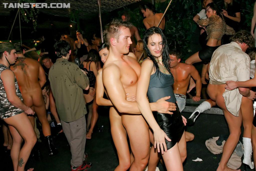 Пьяные дамочки сосут и трахаются со стриптизерами - секс порно фото