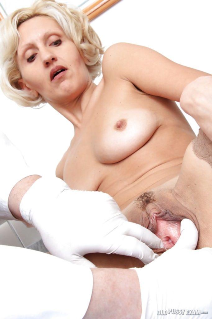 Взрослый гинеколог осматривает вагину зрелой блондинки в чулках - секс порно фото