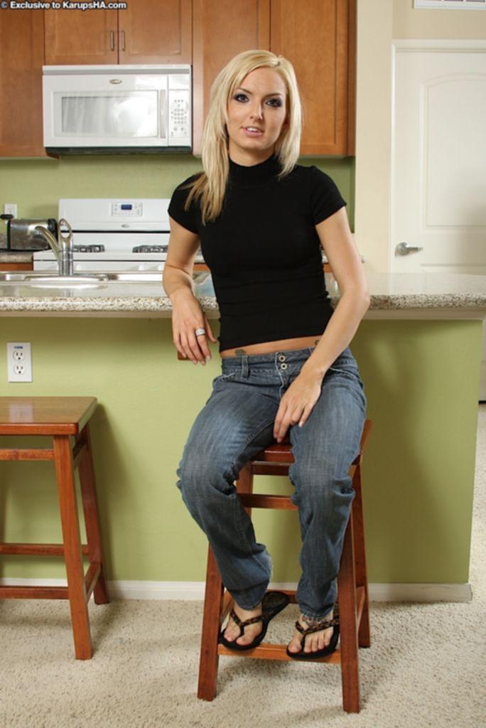 Худая блондинка раздевается у кухонного стола - секс порно фото