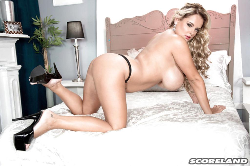 Грудастая блондинка Katie Thornton красуется голышом на кровати - секс порно фото