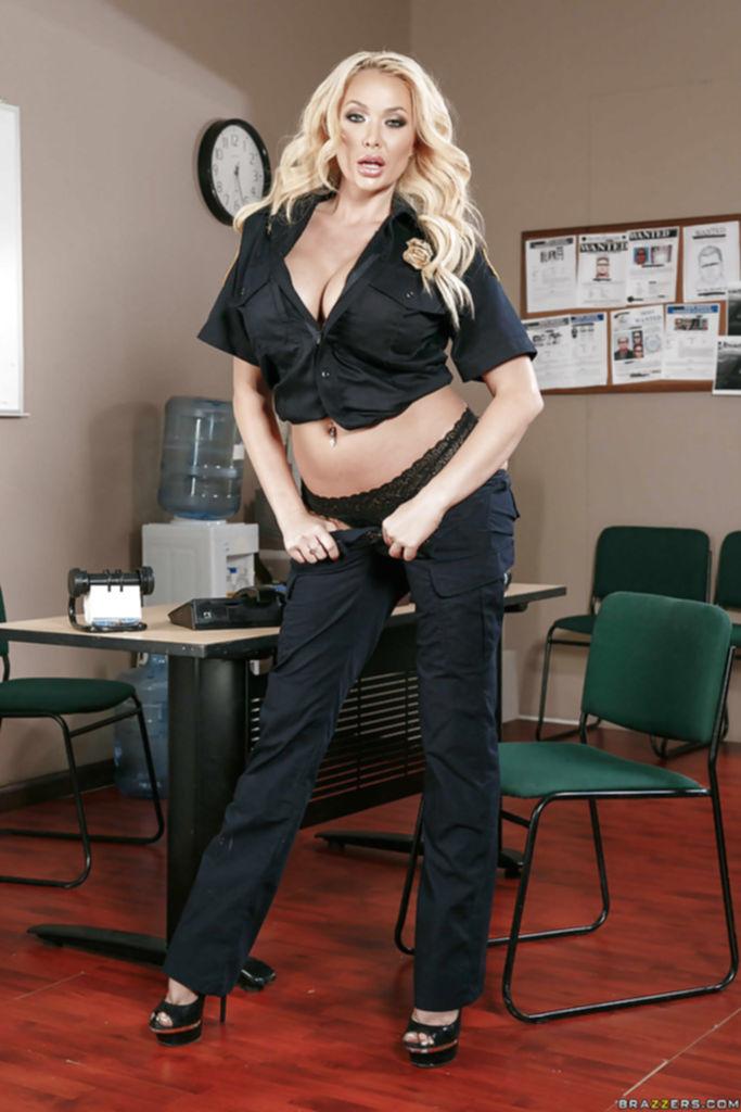 Стриптиз грудастой полицейской у стола в ее кабинете - секс порно фото