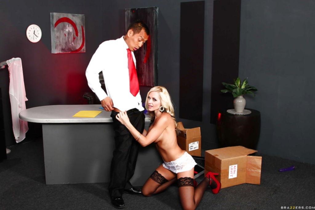 Сочная блондинка Alena Croft подставила свою киску азиату в костюме - секс порно фото