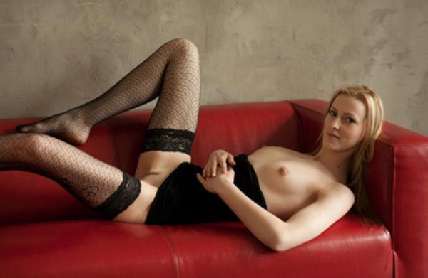 Соло молодой блондинки в чулках на красном диване - секс порно фото