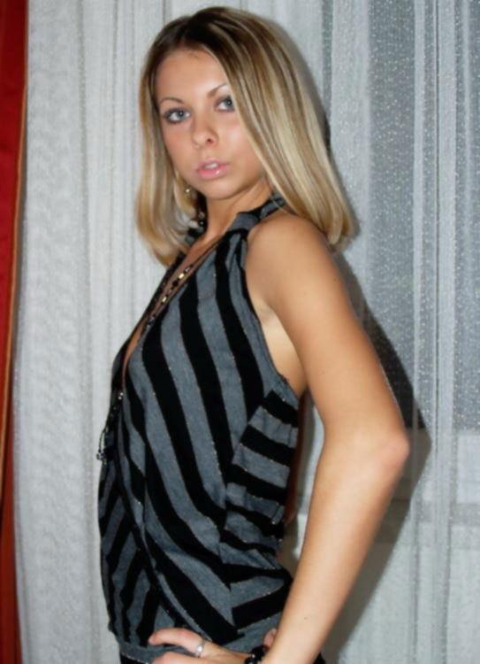 Милая блондинка показывает упругие сиси возле занавесок - секс порно фото