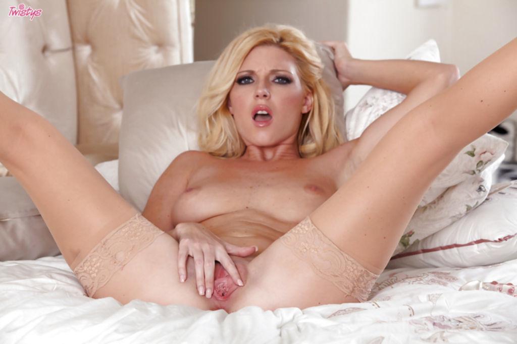 Гламурная блондинка в чулках теребит сочную киску - секс порно фото