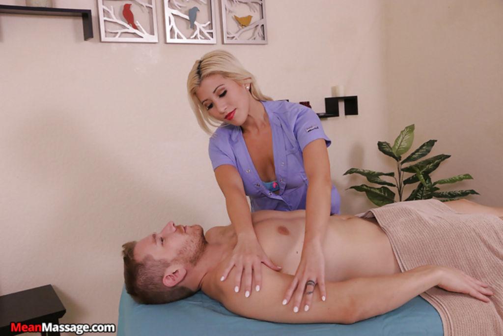 Сиськастая блондинка дрочит член в массажном кабинете - секс порно фото