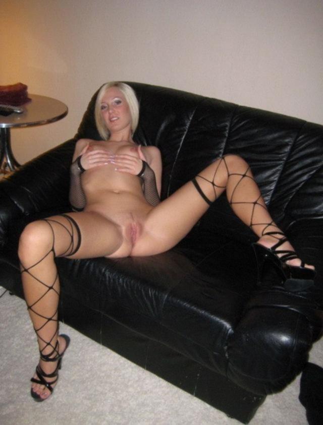 Чикса на высоких каблуках мнет маленькие сиськи - секс порно фото