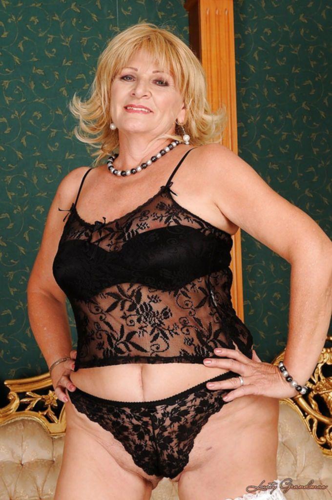 Пожилая блондинка устроила стриптиз в чулках - секс порно фото