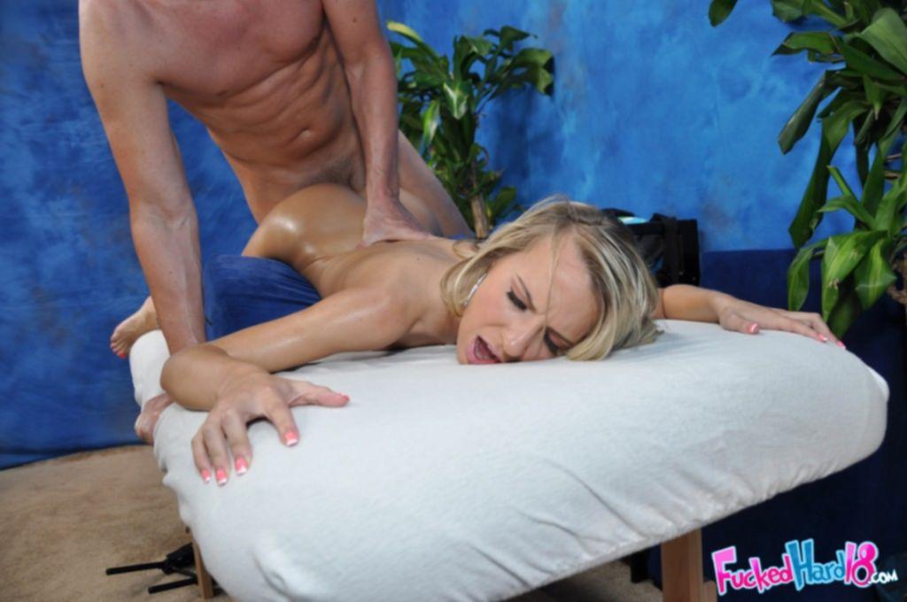 Блондинка получает массаж с маслом и член в киску - секс порно фото