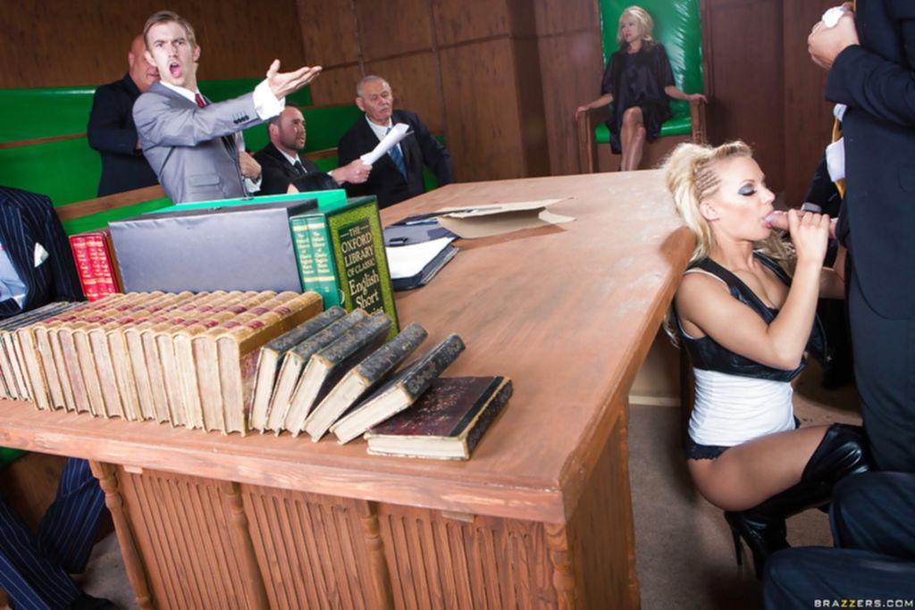 Брюнетка и блондинка ублажают чиновников минетом - секс порно фото