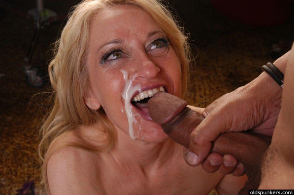 Блондинка дрочит член качка и упивается камшотом - секс порно фото