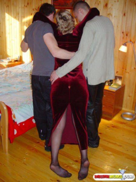 Партнеры споили и поимели бабу между ног - секс порно фото