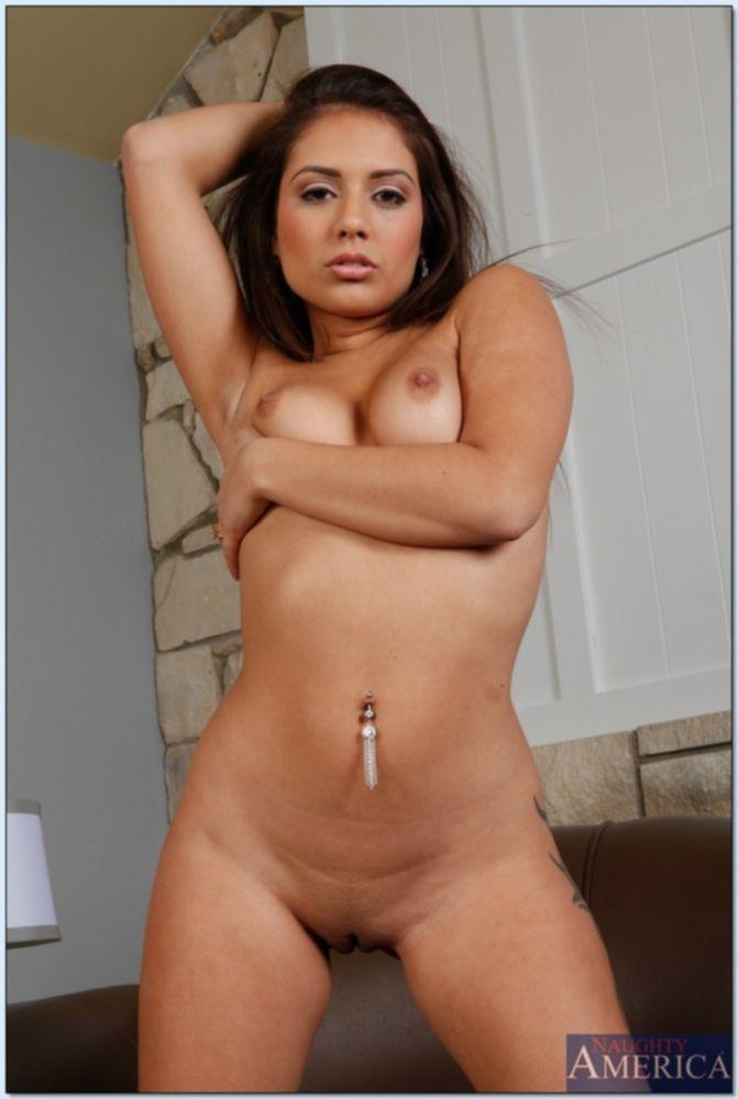 Красотка Jynx Maze раздевается у коричневого дивана - секс порно фото