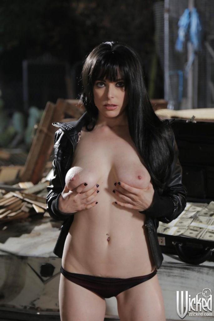 Penny Pax раздевается на фоне кадилака и чемодана с баксами - секс порно фото