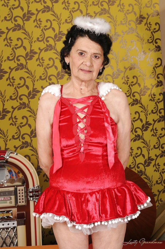 Бабуля в платье ангела мастурбирует волосатую вагину - секс порно фото