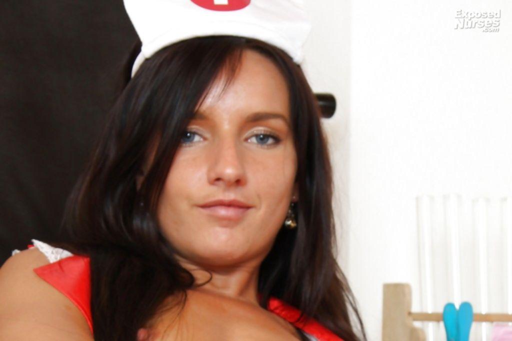 Молодая медсестра играется с пилоткой в кресле гинеколога - секс порно фото