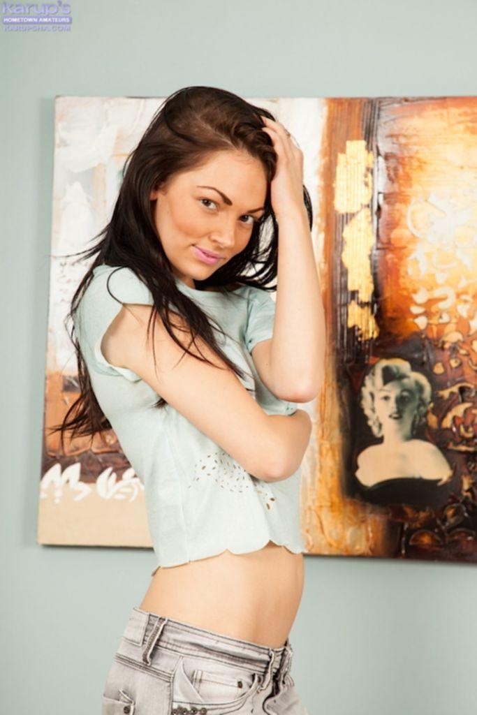 Худая брюнетка раздевается у зеркала на фоне картины - секс порно фото